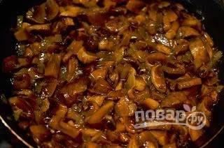 6. Добавьте грибы, обжаривайте до готовности. Добавьте сметану и потушите минут 5. Не забудьте посолить.Остудите.