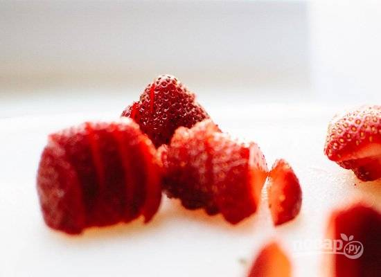 2. Вымойте, просушите и тонкими ломтиками нарежьте клубнику.