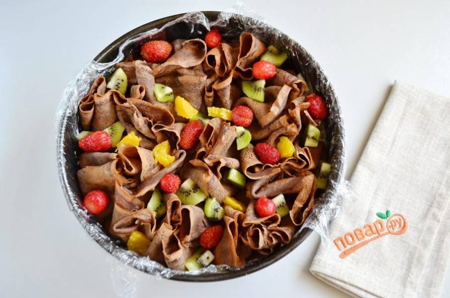 9. Между блинными мешочками положите оставшиеся ягоды и фрукты.