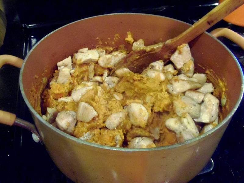 Добавляем курицу и куриный бульон. Ставим на огонь и варим примерно 20 минут. После этого суп можно измельчить с помощью блендера.