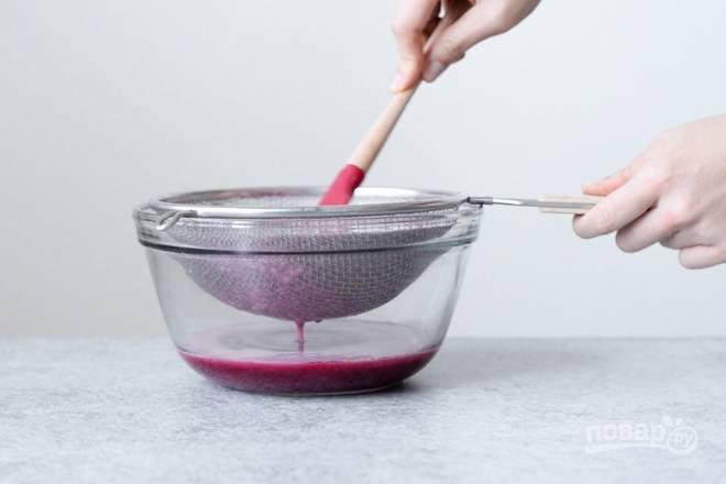 5. Протрите через мелкое сито. После соедините сок с сахаром и соком лимона, поставьте на огонь и варите на медленном огне, помешивая, минут 70-75.