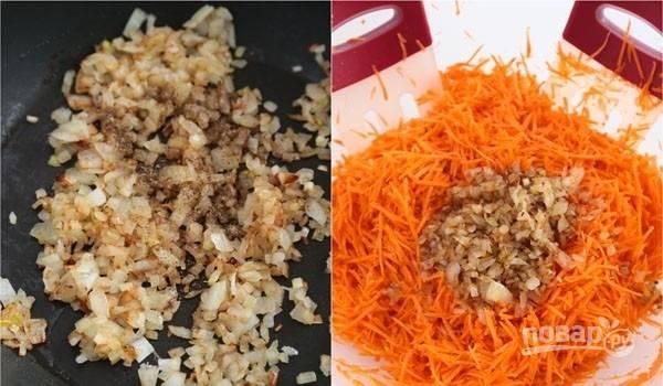 4. Растительное масло разогрейте на сковороде и выложите лук. Обжарьте его на среднем огне до румяности. Добавьте по вкусу перец. Переложите лук к моркови и еще раз как следует перемешайте.