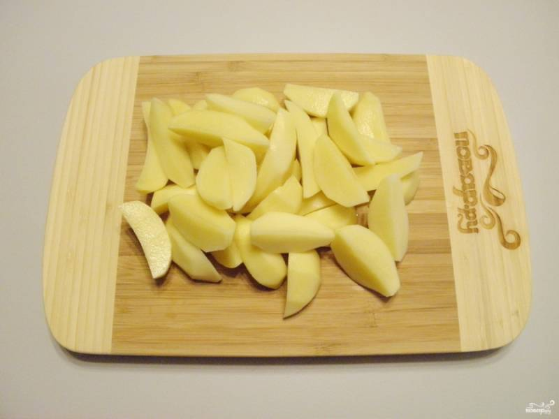 Картофель очистите от кожуры. Промойте. Порежьте на 4 части. Более крупный картофель — на 6-8 частей вдоль.