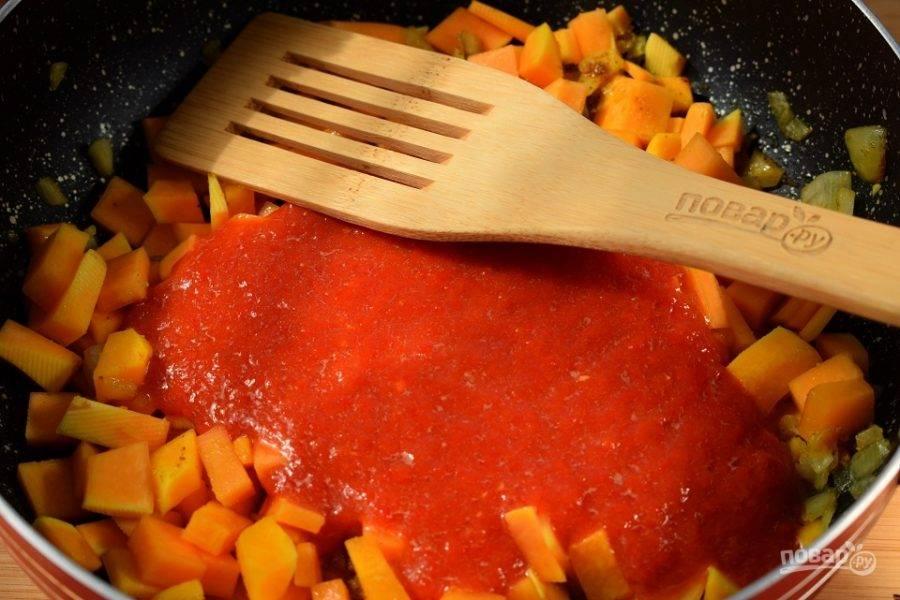 Тыкву порежьте на кубики, добавьте к луку, тушите под закрытой крышкой до мягкости. Помидоры перекрутите в блендере до состояния пюре, добавьте к овощам и тушите в течение 5 минут. Блендером пюрируйте овощи. Добавьте стакан горячей воды, соль, перец по вкусу. Варите в течение 10 минут.