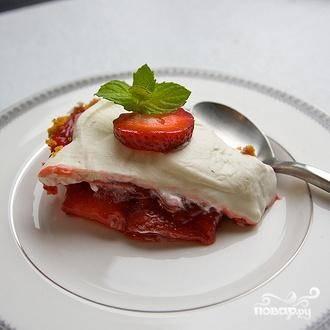 8. Смазать взбитыми сливками пирог, оставляя границы вокруг краев на 3,5 см. Украсить пирог целыми ягодами клубники и подавать.