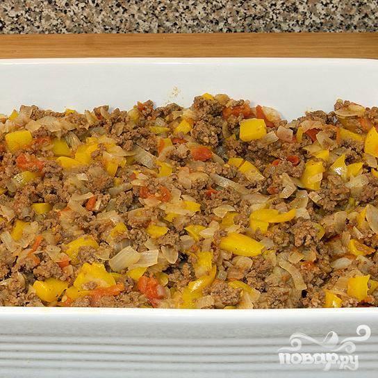 Готовьте в течении 15 минут. Затем добавьте свежую зелень (если есть), перемешайте фарш с овощами и, далее, выложите в глубокую форму поверх картофеля.