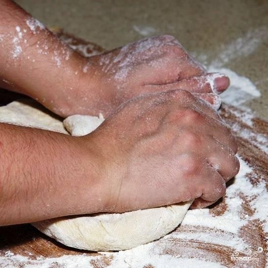 На присыпанной мукой рабочей поверхности продолжаем замешивать тесто.