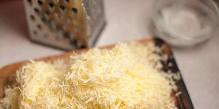 Через час добавляем тертый сыр. Ждем пока закипит.