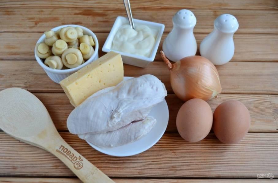 Подготовьте продукты для салата. Отварите куриное филе и яйца. Приступим!