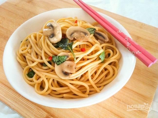 4. И в конце добавьте спагетти, порванные листочки базилика, тонкие кусочки перца. Всё перемешайте и подавайте. Приятного аппетита!
