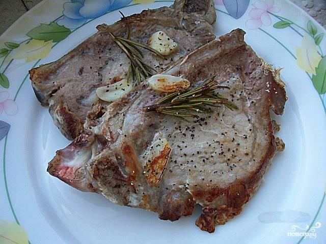 Стейк из свинины с розмарином