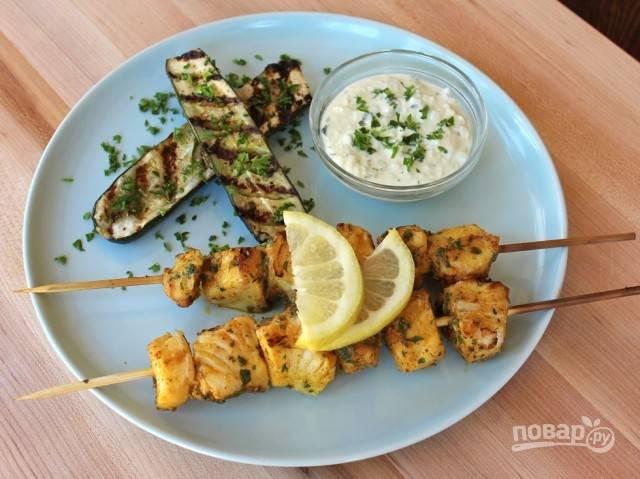 5.Подавайте рыбные шашлыки с баклажанами на гриле, дольками лимона и соусом. Приятного аппетита!