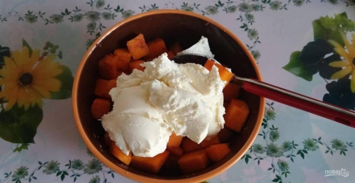 6.Добавьте в миску к тыкве ваниль (на кончике ножа), а также корицу, маскарпоне (100 грамм) и перемешайте все хорошенько.