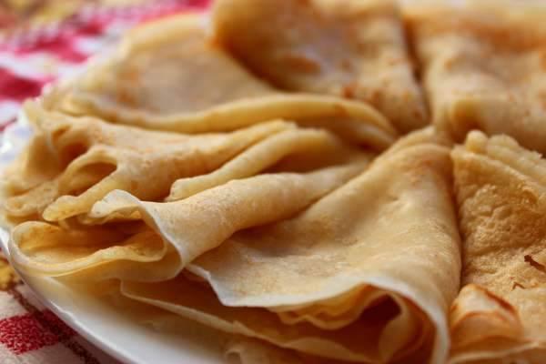 Разогреваем сковороду, добавляем растительное масло. Выпекаем красивые румяные блины, добавляем начинку по вкусу и подаем на стол. Приятного аппетита!