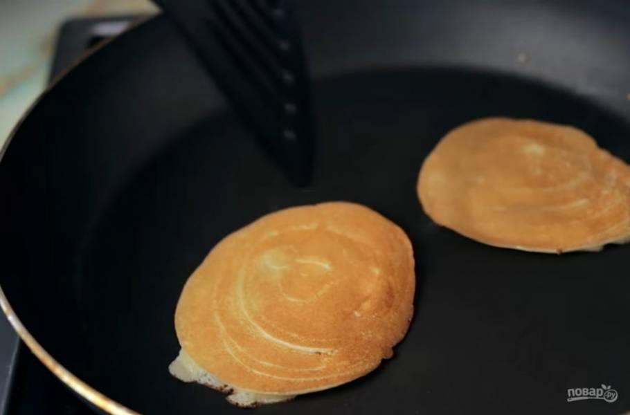 3.  Сковороду смажьте небольшим количеством подсолнечного масла и с помощью ложки вылейте блинчики. Обжарьте их с обеих сторон до золотистого цвета.