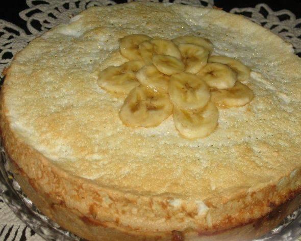 Готовый торт украсьте ломтиками бананов.