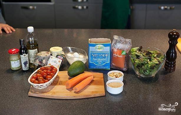 1. Только полезные ингредиенты потребуются для этого салата. Киноа готовится заранее, поскольку крупу следует остудить перед смешиванием с другими ингредиентами.