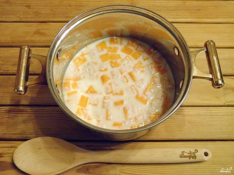 В эту же кастрюльку добавим промытый рис.