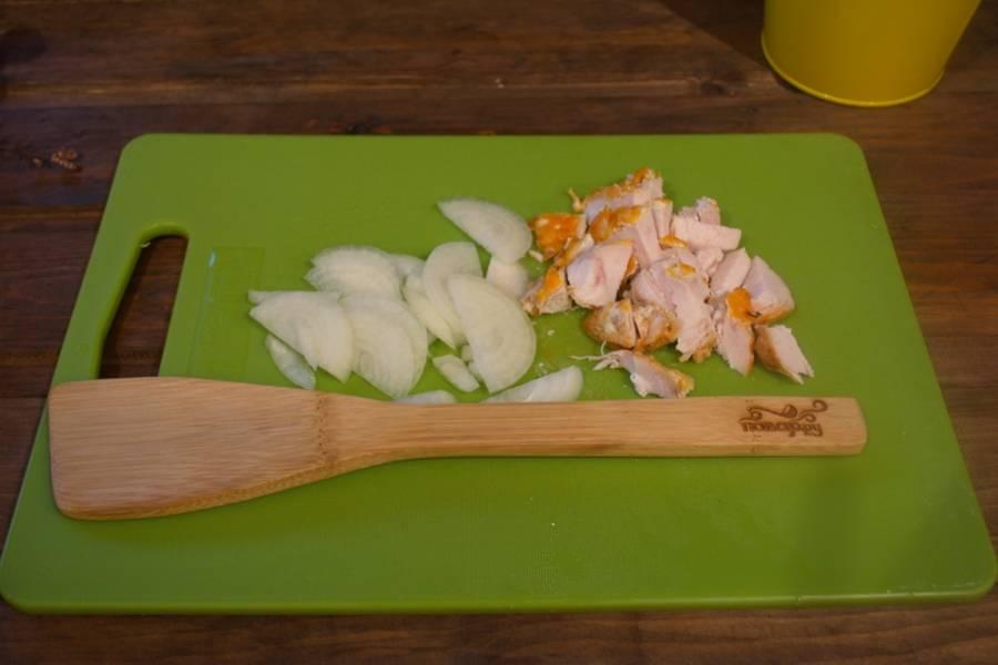 Репчатый лук нарезать полукольцами. Готовое куриное филе нарезать на кусочки. Вместо филе можно взять любой вид готового мяса.