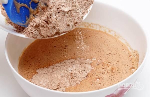 3. Муку с какао и содой просейте и всыпьте в несколько приемов. Тщательно перемешайте, чтобы не образовались комочки.