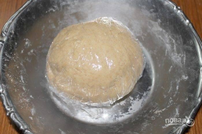 3.Все перемешайте, а затем замесите однородное тесто. Заверните тесто в пищевую пленку и положите в холодильник минимум на полчаса.