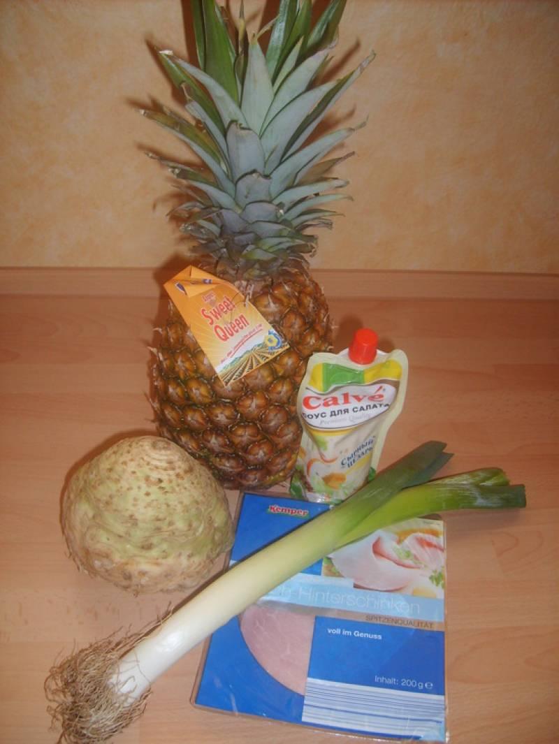 Подготавливаем ингредиенты. Нарезаем мелко ветчину, корень сельдерея, ананас, лук режем полукольцами.