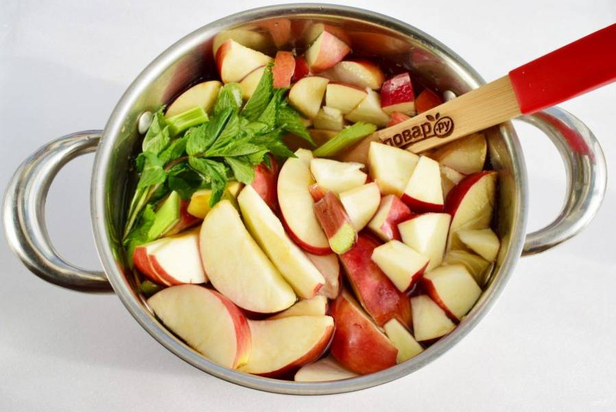 Соедините все ингредиенты в кастрюле, залейте водой, доведите до кипения. Добавьте сахар, варите 10 минут на умеренном огне при закрытой крышке. Снимите с огня, дайте остыть и настояться в течение 2-3 часов.