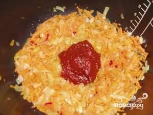 После этого добавьте томатную пасту и тушите, помешивая, в течение 5 минут.