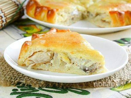 10. Запекайте пирог около получаса до румяности. Перед подачей немного остудите и нарежьте пирог кусочками. Приятного аппетита!