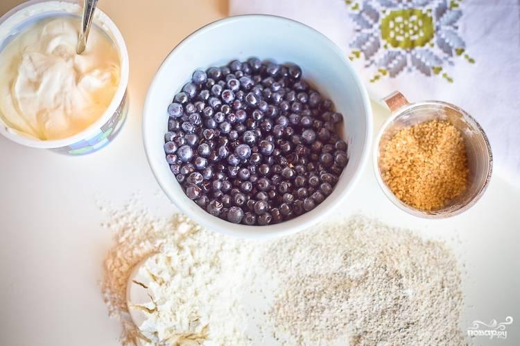 Подготовьте ингредиенты. Для коржа смешайте хорошенько масло сливочное и 100 граммов сахара. Добавьте одно яйцо в массу.