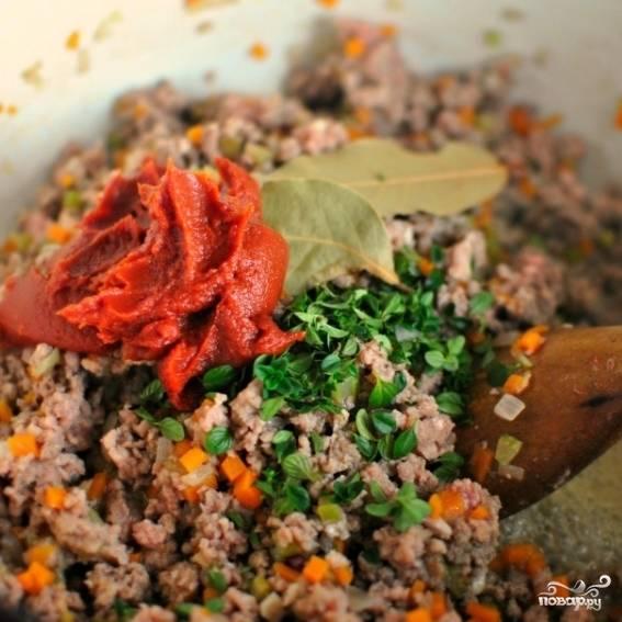 4. К готовому мясу добавьте лавровые листья, тимьян и томатную пасту.