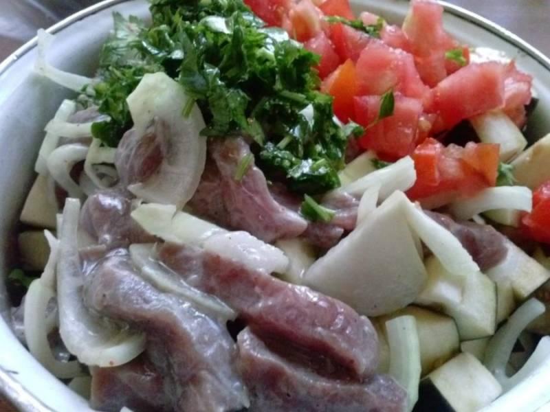 9. Добавляем немного растительного масла и солим по вкусу. Отправляем баклажаны, предварительно отжав их руками. Теперь все тщательно перемешиваем. Добавляем замаринованное мясо со специями и луком.
