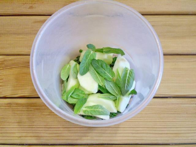 3. Складываем в глубокую узкую мисочку листочки петрушки, шпината, яблоко, листочки мяты. Стебельки удалить.