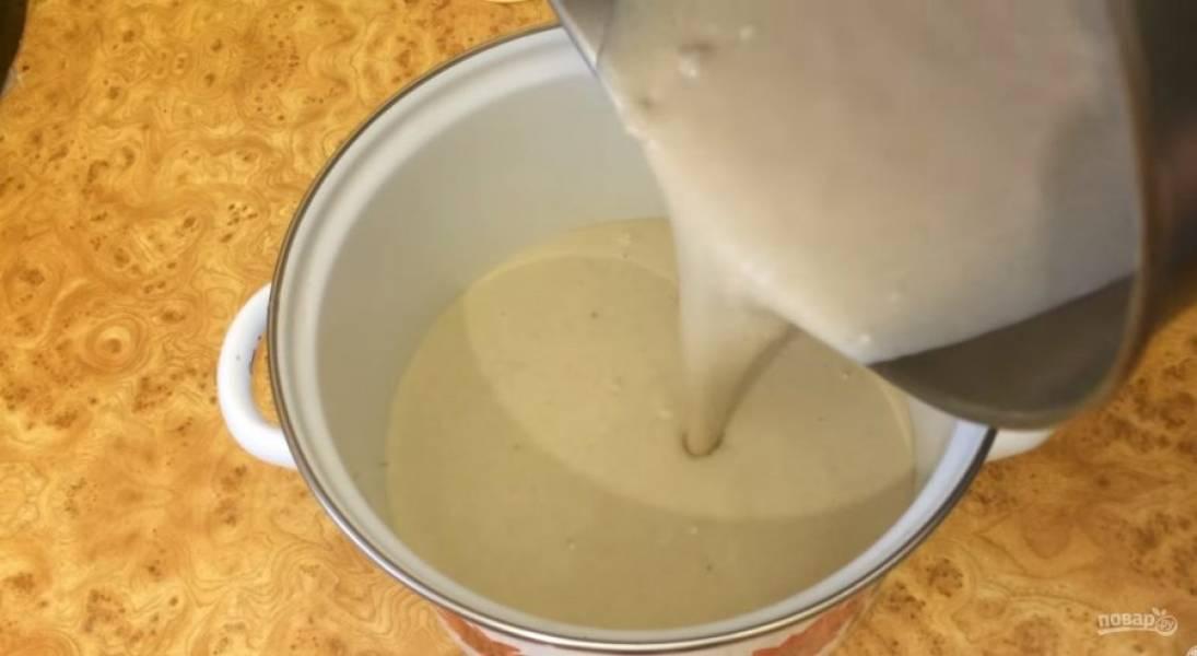 3. Перемешайте венчиком до однородности и перелейте тесто в эмалированную или стеклянную посуду. Накройте тесто крышкой и оставьте при комнатной температуре на 2 часа. Несколько раз перемешайте тесто.