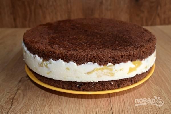 Влейте крем на подготовленный бисквитный корж в силиконовой форме, прикройте вторым и поставьте застывать в холодильник минимум на 2 часа. Затем аккуратно извлеките торт из формы, покройте глазурью. Я ставлю на ночь, при этом лучше раскрывается вкус коржей.