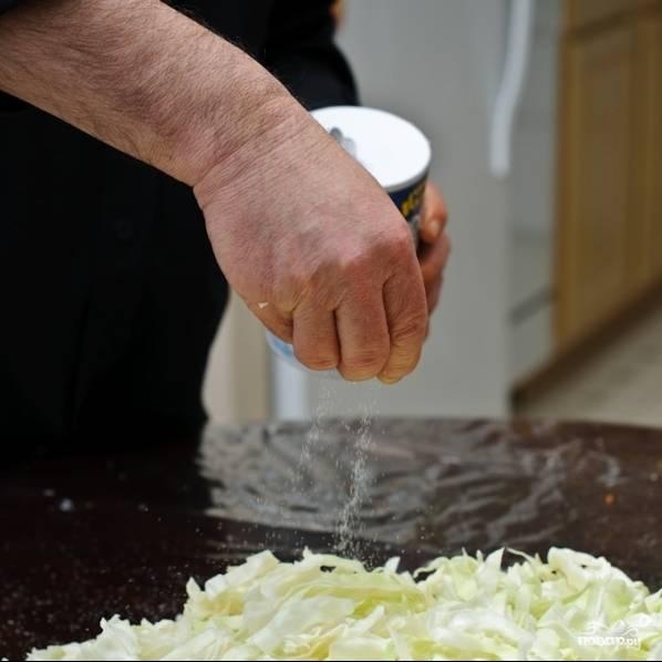 У нас в Тульской области соль в маринованную капусту обычно добавляют на глаз, однако поскольку вы наверняка хотите знать точное количество, я подсчитал: на такое количество капусты и моркови нужно 3 чайные ложки соли. Можете добавлять и на глаз, но будьте осторожны: добавите слишком много - капуста будет невкусной, слишком мало - процесс ферментации не пройдет полноценна, капуста не замаринуется как следует. Солим только что нарезанную капусту равномерно.