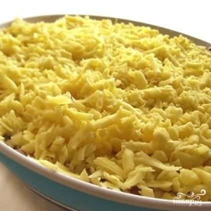 Сверху посыпаем салат сыром. Отправляем в холодильник на пару часов, после чего подаем к столу. Приятного аппетита! ;)