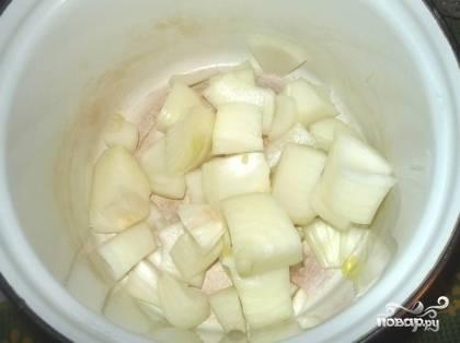 Теперь перекладываем лук в эмалированную посуду.
