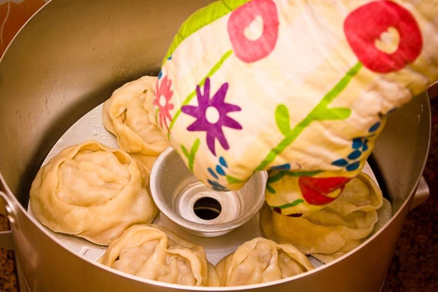 11. Вот они: аппетитные, сочные, сытные и очень вкусные. Подавать к столу манты можно со сметаной или сделав поливку из жареного лука, например, с чесноком.
