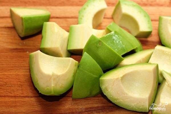 Авокадо очищаем от кожуры и косточки, нарезаем на крупные кусочки.