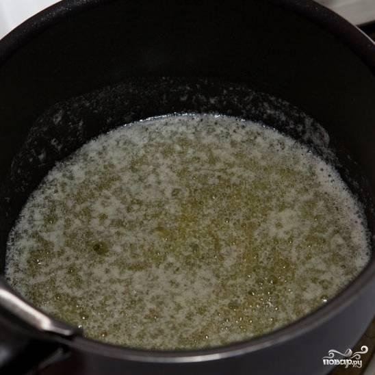 Теперь настало время приготовления соуса бешамель. Кладем сливочное масло в кастрюльку, ставим на средний огонь, растапливаем масло.