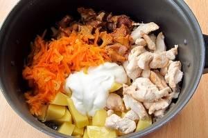 Соедините все ингредиенты в кастрюле. посолите и добавьте перец горошком. Залейте сметаной и перемешайте. Жаркое тушить до мягкости картофеля.