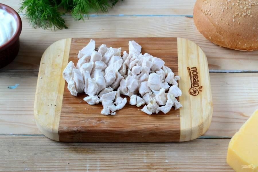 Тем временем мелко порежьте отварную куриную грудку. Резать советую достаточно мелко, чтобы масса для жульена получилась достаточно однородной.