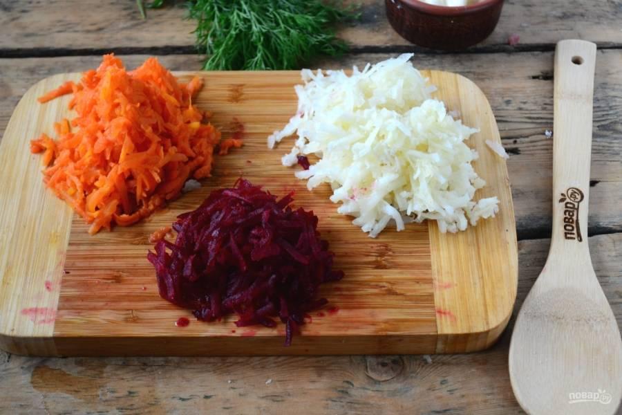 Тем временем картофель, морковь и свеклу натрите на крупной терке.