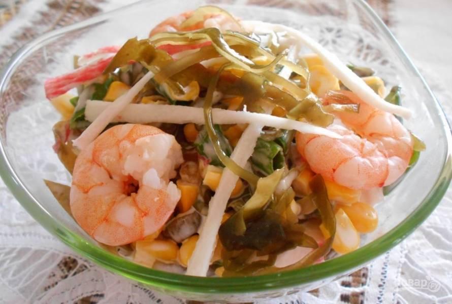 Салат с креветками и морской капустой