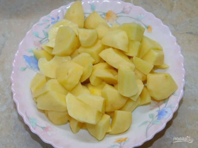 Добавьте в кастрюлю нарезанный картофель.