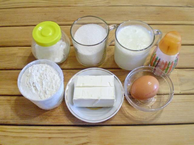 1. Приготовим продукты для кекса классического. Масло сливочное нужно заранее достать из холодильника, оставьте его в тепле на пару часов до размягчения.