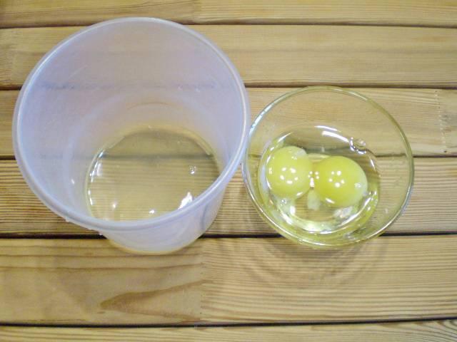 5. Отделите один белок от желтка. Он пригодится для глазури. Остальные яйца - в тесто.
