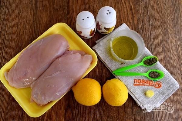 Подготовьте необходимые продукты. Лимоны тщательно вымойте. Кусочек имбиря очистите и  измельчите. Грудки промойте под прохладной водой, обсушите бумажными полотенцами, натрите смесью перца и соли.