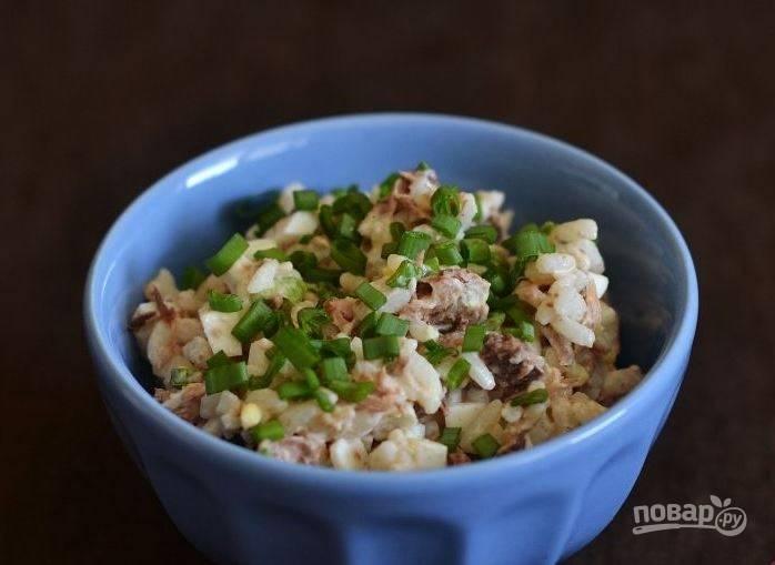 Салат с рыбными консервами и рисом